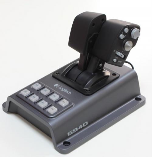 G940?嘿嘿~罗技称它为「飞行系统」,因为 G940 不只是一只飞行游戏杆而已,还有节流阀(油门)和方向舵踏板,三件一组,组成完整的飞行操作接口。G940 很明显的是设计给战斗飞行游戏,而不是普通的飞行模拟,这点从它游戏杆的配置就可以看得出来。但如果你不是对飞行模拟的拟真度要求真的那么高的人,其实 G940 提供的大量按键、拨杆等,差不多可以包办一架飞机大部份的操作选项。不用玩到一半还要把手放回键盘鼠标上的感觉真的很爽啊!    在 G940 巨大的盒子内,有 G940 的三件式套件,一个 G94