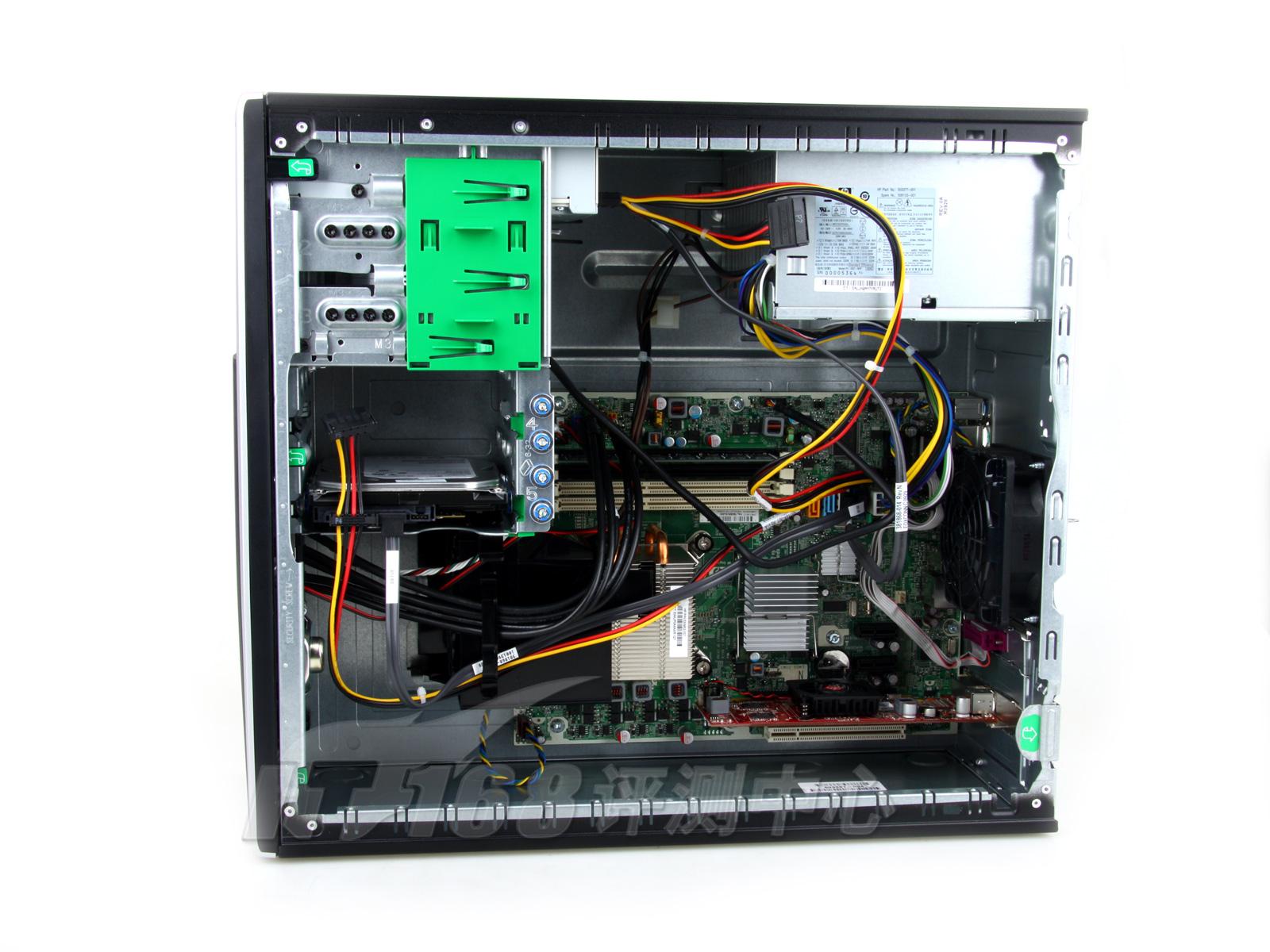 主机背后没有常见的侧板固定螺丝,仅靠侧挡板上的一个小把手就可以轻松开启侧盖了。侧盖打开后我们看到内部有很多绿色带箭头的小按键,其实这些就是开启每一个配件的开关。例如电源,我们可以按照箭头所指方向轻松抬起(硬盘就位于电源的下方)、光驱可以在按下开关的时候想外侧翻转、三个前挡板上的箭头可以指示拆卸前盖的方法,每一部分都十分的轻松方便,在模块化设计的功力上惠普的工程师可谓下足了功夫。
