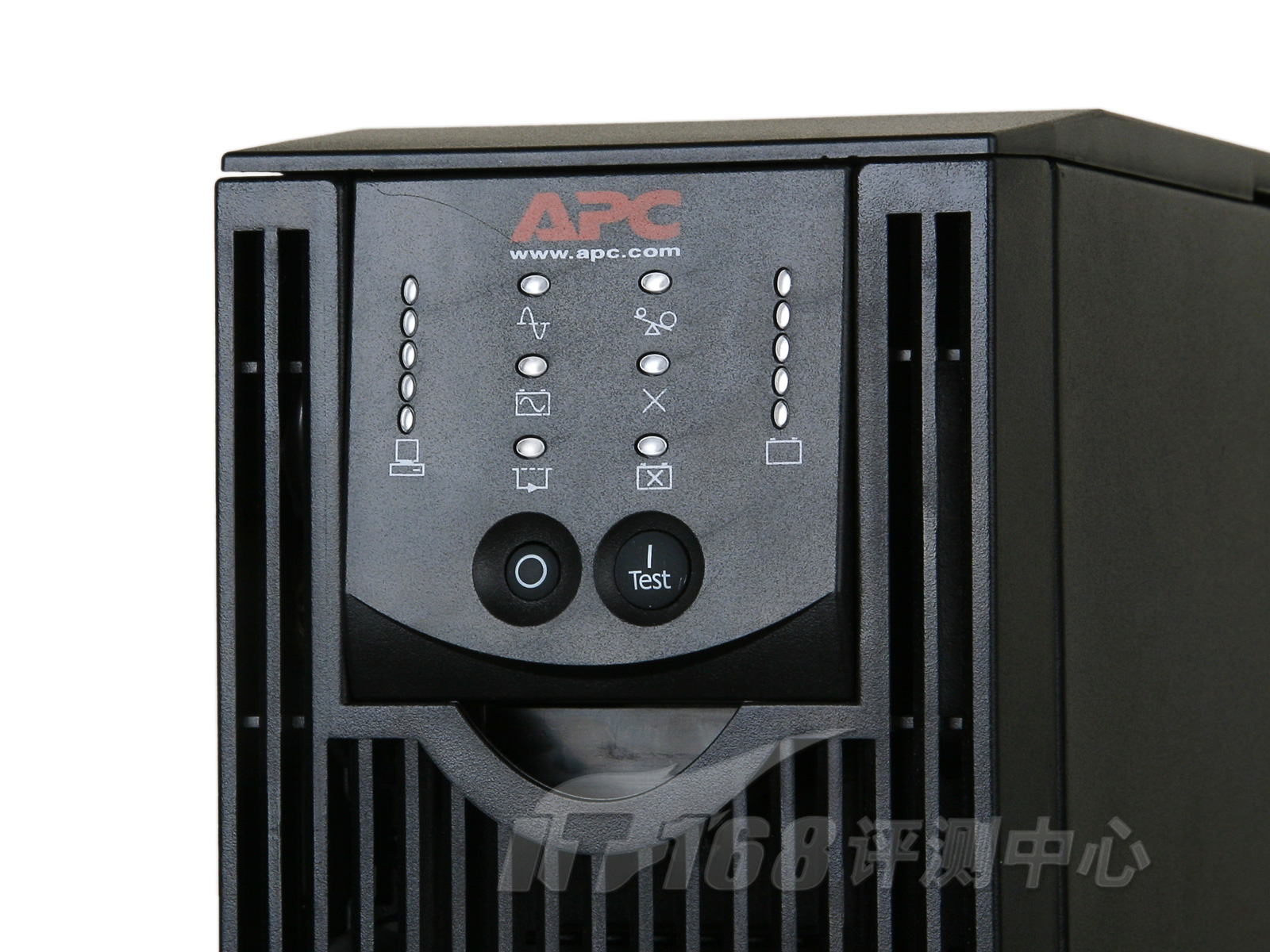 【IT168评测中心.产品预览】说起UPS(Uninterruptible Power Supply,不间断电源),许多人都会直接联想到机房。不错,除非您所在的地区电压极不稳定或者时常停电,普通用户绝对没理由购买这样的设备;而且从数据的安全性来说,机房数据显然更有保存的价值。之前,IT168评测中心很少接触这样的产品,虽然时常听说UPS的大名,不过真正见到实物的机会还不是很多。最近,APC送来了一款针对面向机房使用的UPS,型号为APC Smart-UPS RT 3000VA。下面我们就来一起看看这款