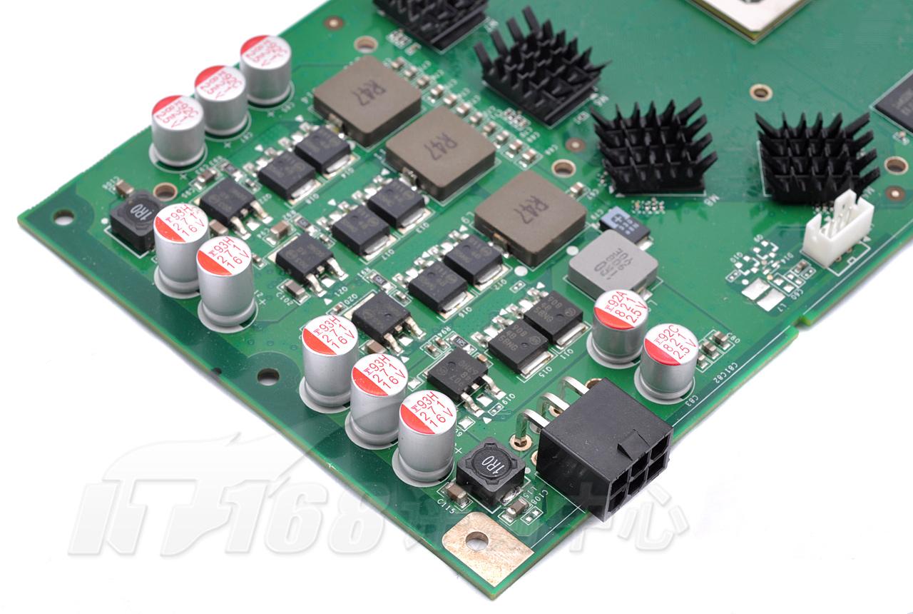 高品质固态电容 寿命更长、滤波效果更好    i-Chill系列显卡在供电部分采用大量的高品质固态电容,电感线圈全部采用封闭式的贴片电感线圈,不仅显卡电路的滤波性能良好,而且显卡的寿命以及超频情况下的稳定使用都有了很好的保障。