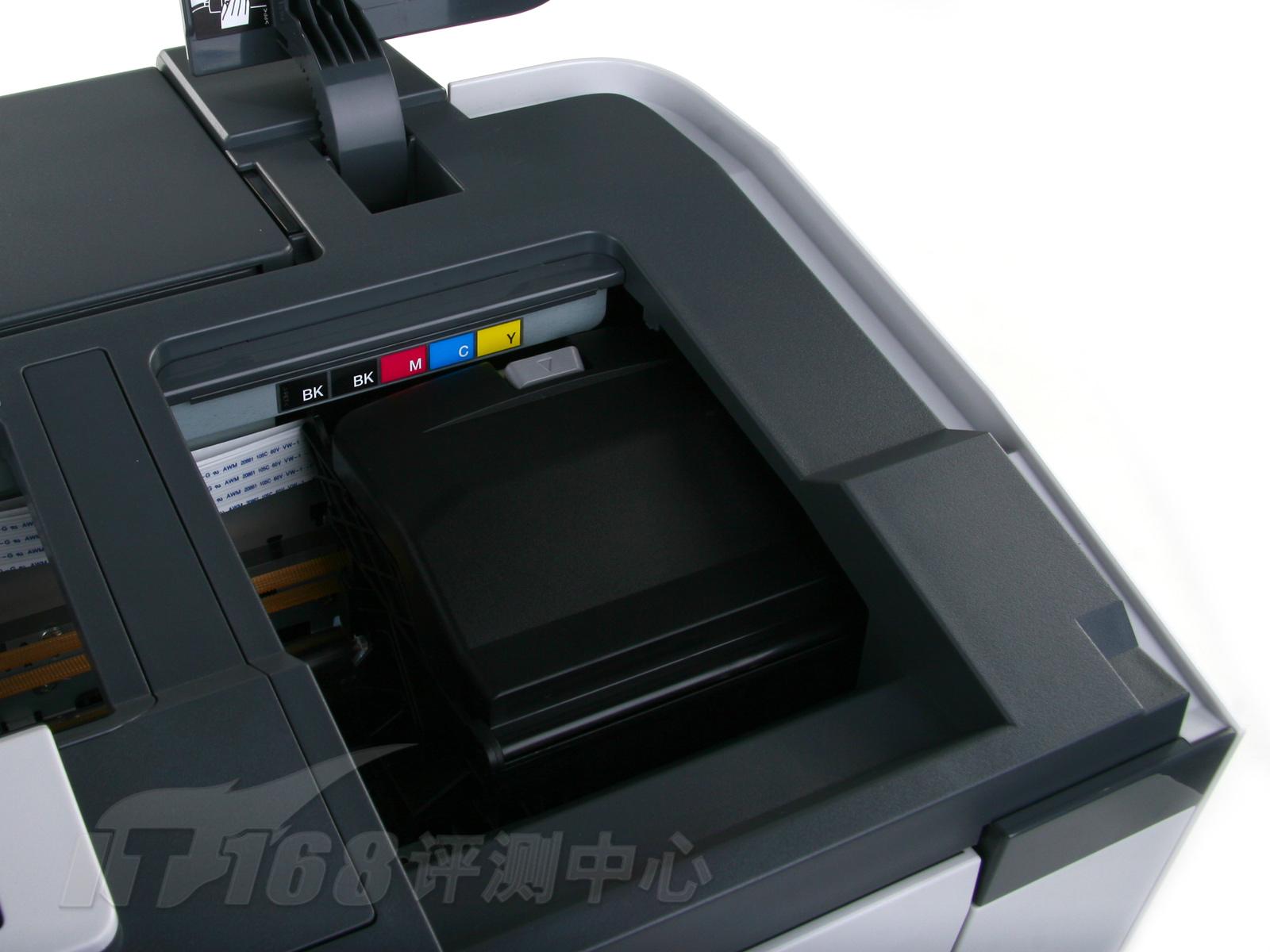 EPSON ME1100和R2880的控制面板很相似,都是4个按键3个指示灯,不同的是由于ME1100不需要卷筒纸的控制按键,将单页输纸和清除打印作业的功能独立分开。机身背面提供一个USB的接口,当然如果以后需要扩展也可以很从容。实际上,EPSON的很多A3+打印机都是双接口设计,比如USB+USB的双接口设计,比如USB+网络接口的组合方式,也有USB+IEEE1394的接口搭配,而ME1100想要做接口升级,好处是可以使用现成的模具,在USB接口旁边的预留位加上想要的接口就可以了。  EPSON ME