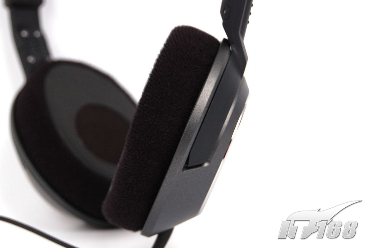 对于工艺来说,细节之处才更能看出一款产品的真实情况。我们通过更多的图片展示森海塞尔HD238的工艺细节。   森海塞尔HD238工艺细节(图片可点击放大)   从连接处的接缝,最能看出耳机产品的生产工艺水准。具体到森海塞尔HD238,应该说各处接缝还是比较细致的,切边也比较精确,联合处缝隙小,而且没有什么毛刺。 森海塞尔HD238结构设计   在前面的外形介绍,我们提到过HD238的可翻转耳罩——是为了便携的考虑。如果仔细观察HD238的构造,就会发现,或许新的HD2子系列确实