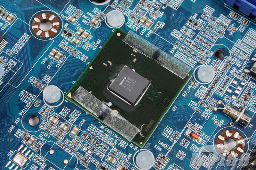 【IT168 主板频道】今天,Intel将会正式发布代号为Clarkdale的32nm处理器——Core i5、Core i3及Intel Pentium系列,首批这样的CPU一共包括6款产品,它们最大的特点就是整合了GPU视频输出功能,也就是说,即便在没有独立显卡或者IGP芯片的情况下,32nm Clarkdale处理器照样能提供一套完整的台式电脑系统,因为H55/H57单芯片主板能让32nm Clarkdale做到这一点,而且到目前为止也只有H55/H57能够让这些&ldq