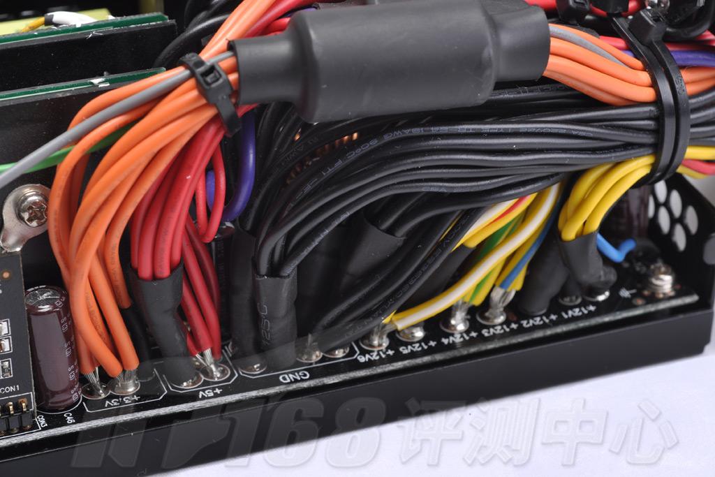 """低压滤波整流电路  低压整流滤波电路   电源在低压滤波电路上不计成本的用料,图上可见线材全用卡套固定,和热缩管保护,清楚标著的每路输出都没有空接,此部分的电路上采用上日化KZE低压高容量(2200uf)电容。    TPQ1200拥有多种工业级别的安全电路设计:短路保护,欠压保护,功率过载保护,以及过压保护。在超频时,出现的输出过高,电源会出现""""锁""""进保护状态,在此电源会自动排除故障,用户只需重启电源即可回复正常运行状态。 配线和附件  全蛇皮包裹配线   电源在输出上采用半模组"""
