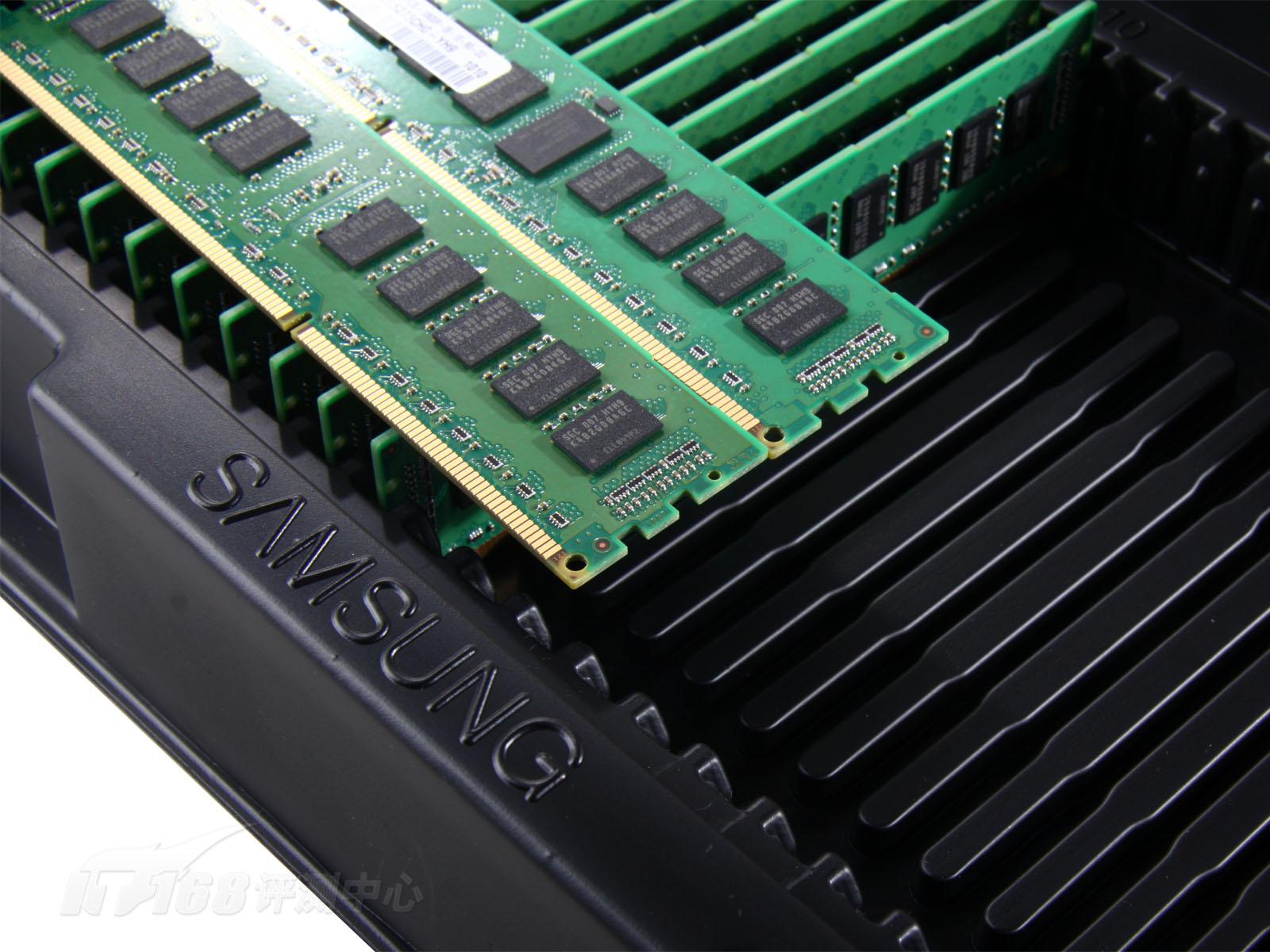 服务器当中,除了处理器占用了一个主要的功耗之外,内存系统的功耗也不容忽视:  不同容量的60nm工艺内存条在服务器系统中的功耗百分比   工艺改进可以降低功耗。现在市面上使用的内存模组都是基于老的60nm/50nm工艺,约在上一年下半年,三星开始使用40nm工艺制造内存:  09年第四季度左右开始大量生产40nm内存产品   新的制程不仅提升了内存密度,让制造更大容量的内存模组成为可能,同时内存模组的工作电压也得到了降低:  48GB内存功耗对比:40nm比60nm降低了73%   日前推出的Intel